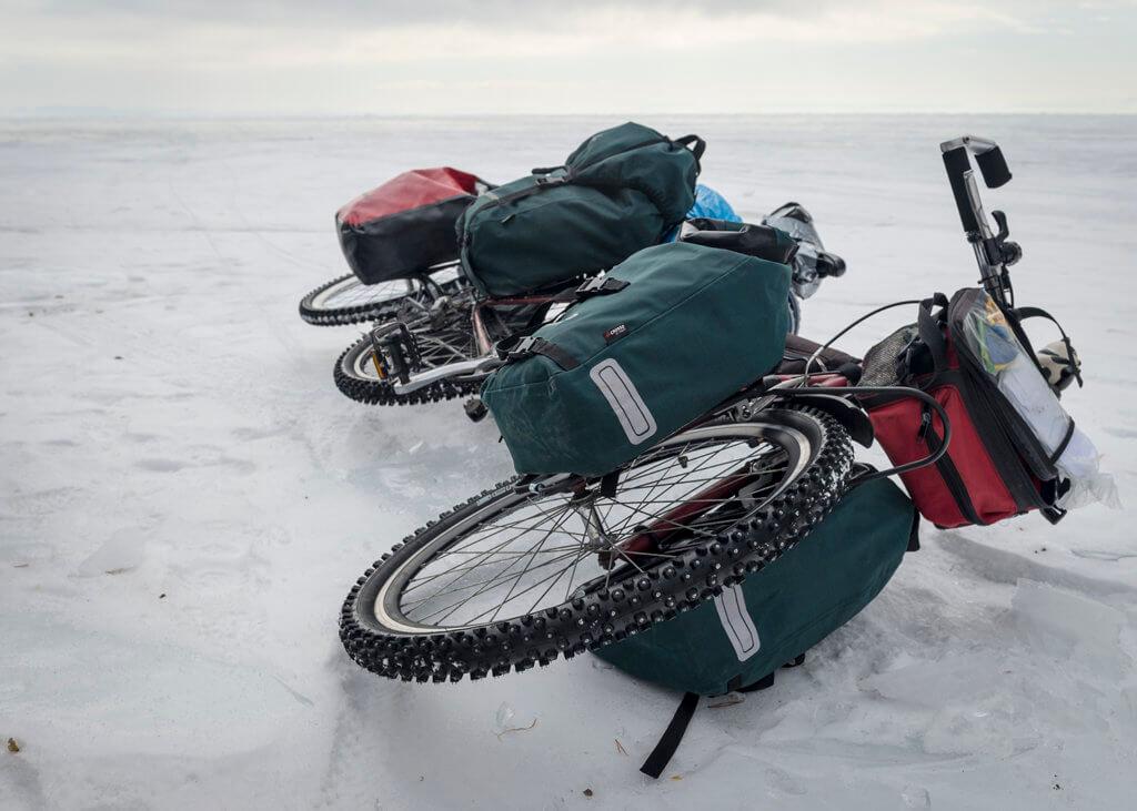 По льду байкала на велосипедах в марте