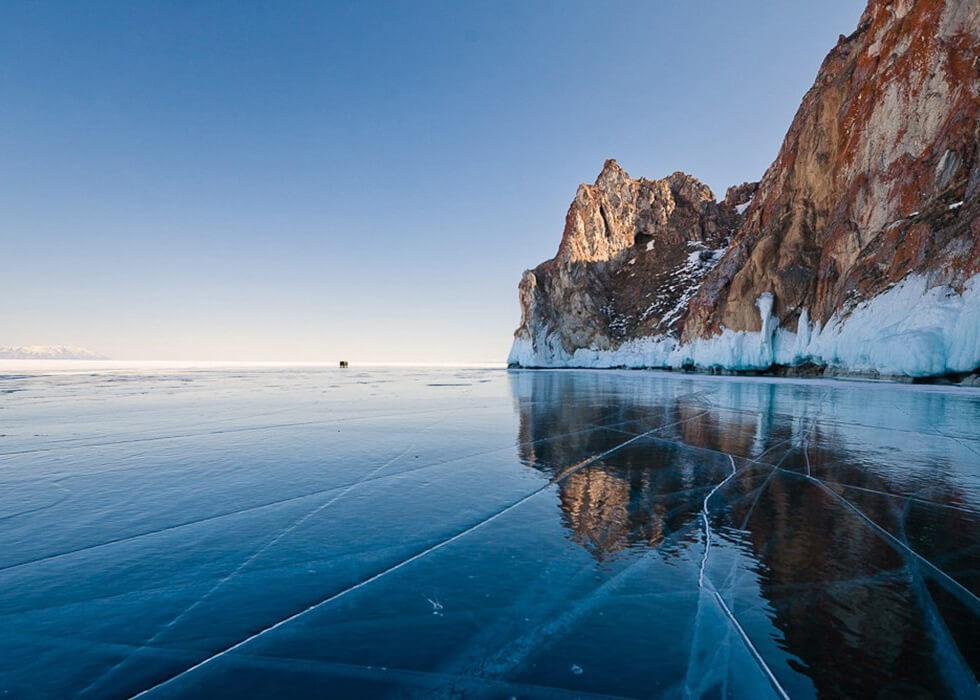 гладкий прозрачный лед байкала