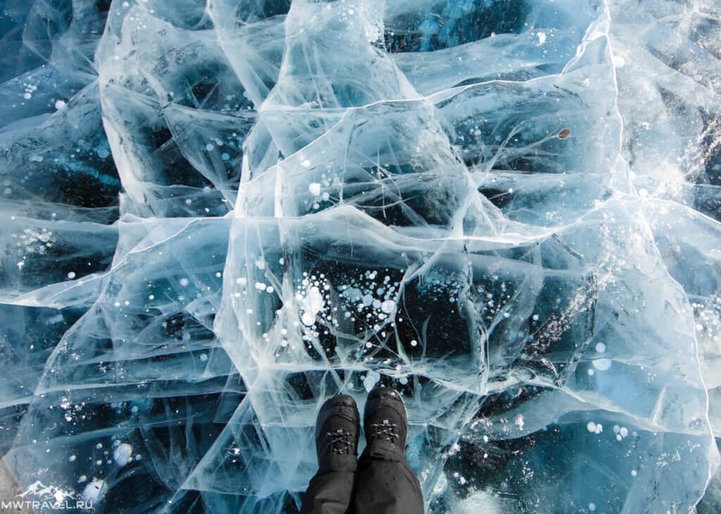 на прозрачном льду байкала