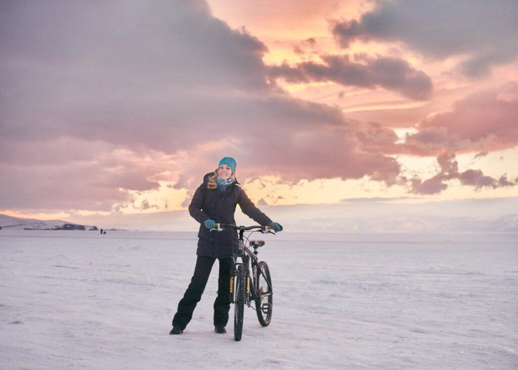 по льду байкала на велосипедах в феврале