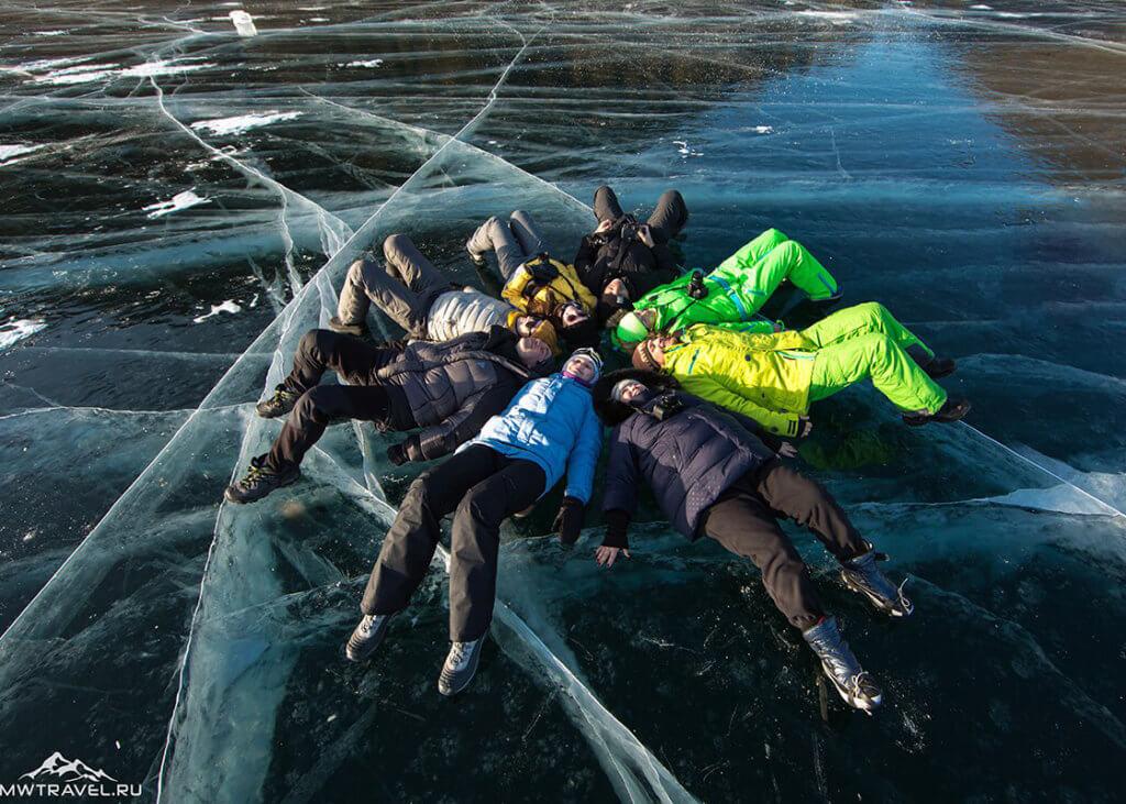поход по льду байкала на коньках в марте