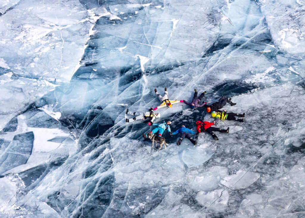 поход по льду байкала на коньках зимой