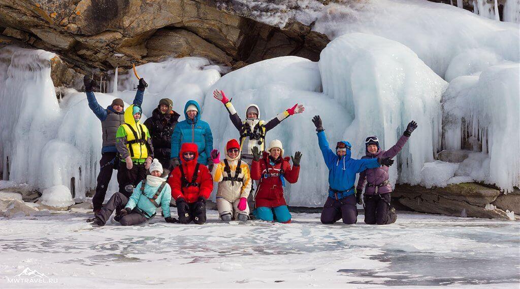 поход по льду байкала на озерных коньках