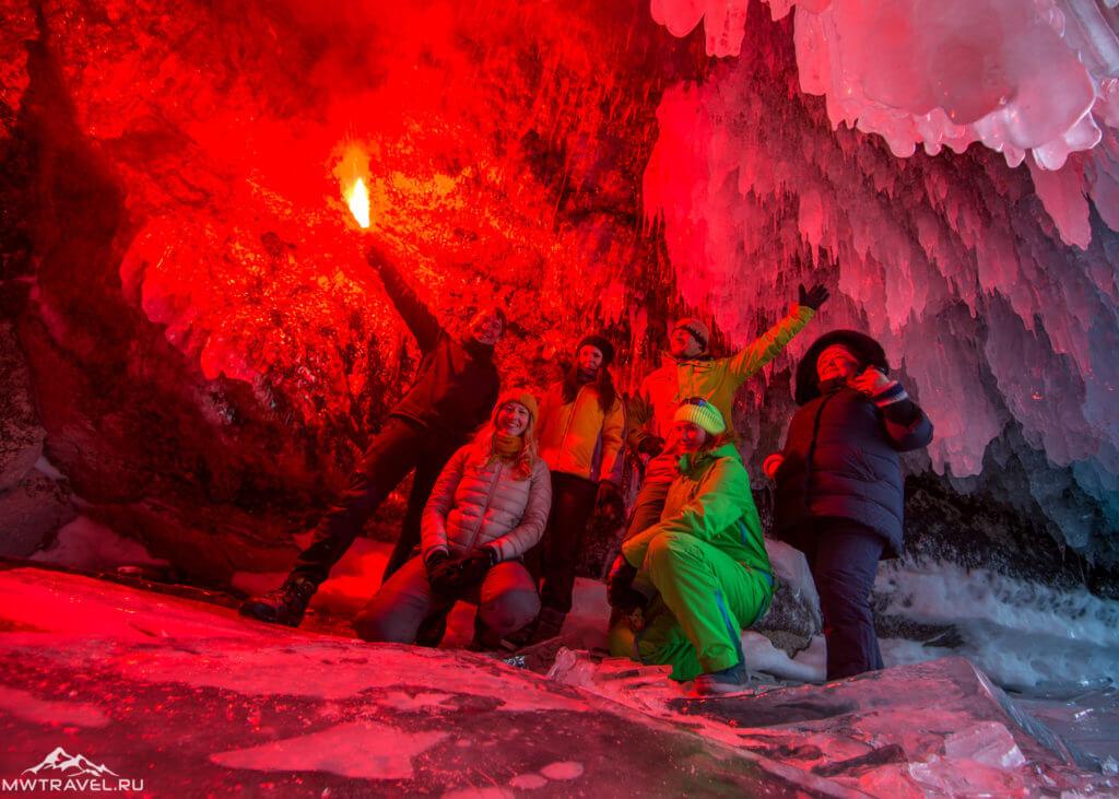 . в ледовой пещере на байкале