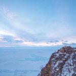 вид на озеро байкал на рассвете зимой