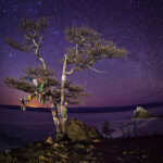 звездное небо над байкалом и скалой шаманка зимой