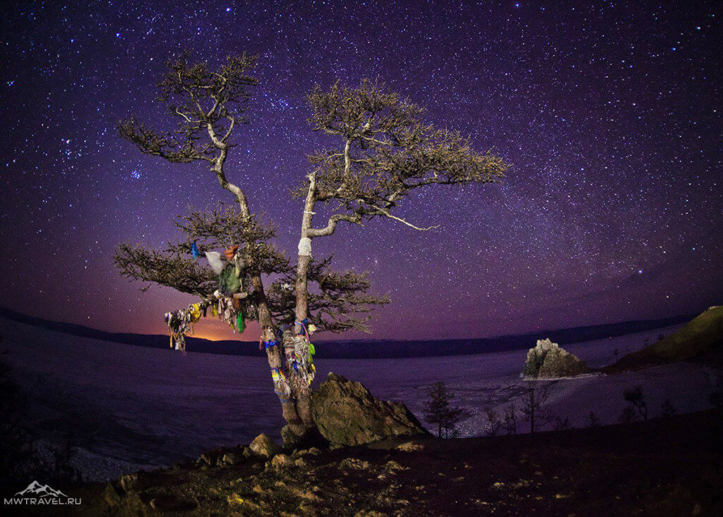 звездное небо над зимним байкалом