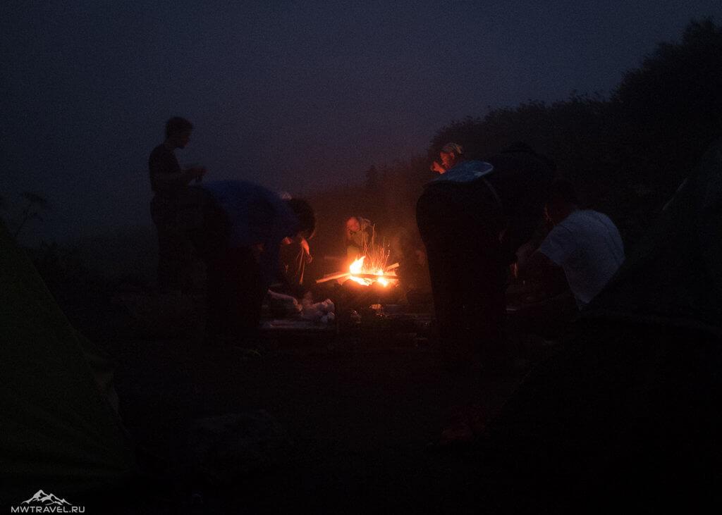 Поход по Камчатке: в походе у костра