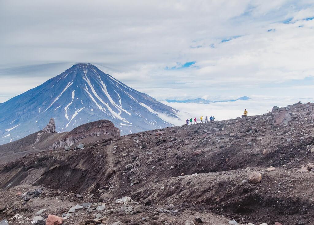 Поход по Камчатке: вид с авачинского вулкана на козельский