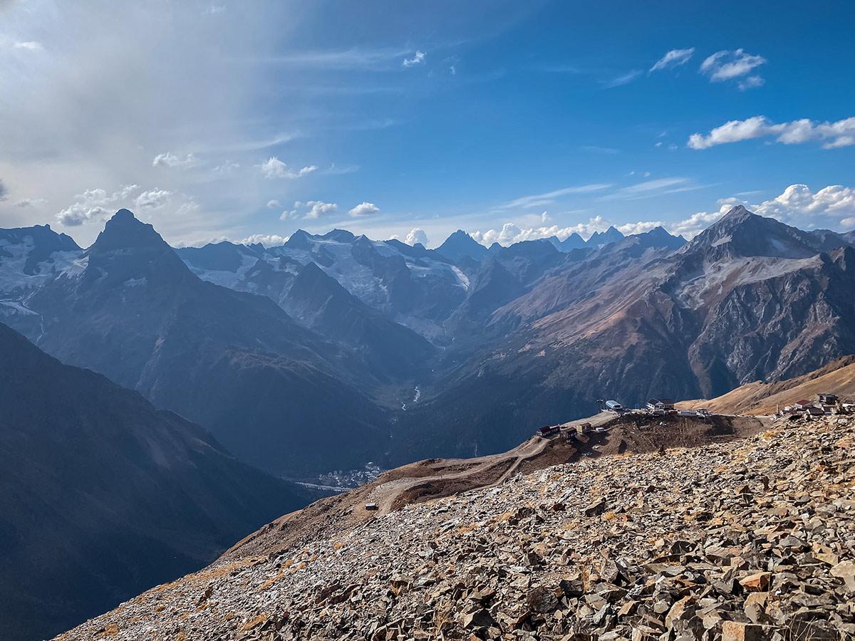 Канатная дорога и горнолыжный курорт на склоне хребта Мусса-Ачитара