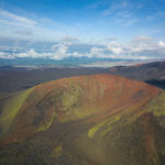 вид на извержение вулкана с высоты
