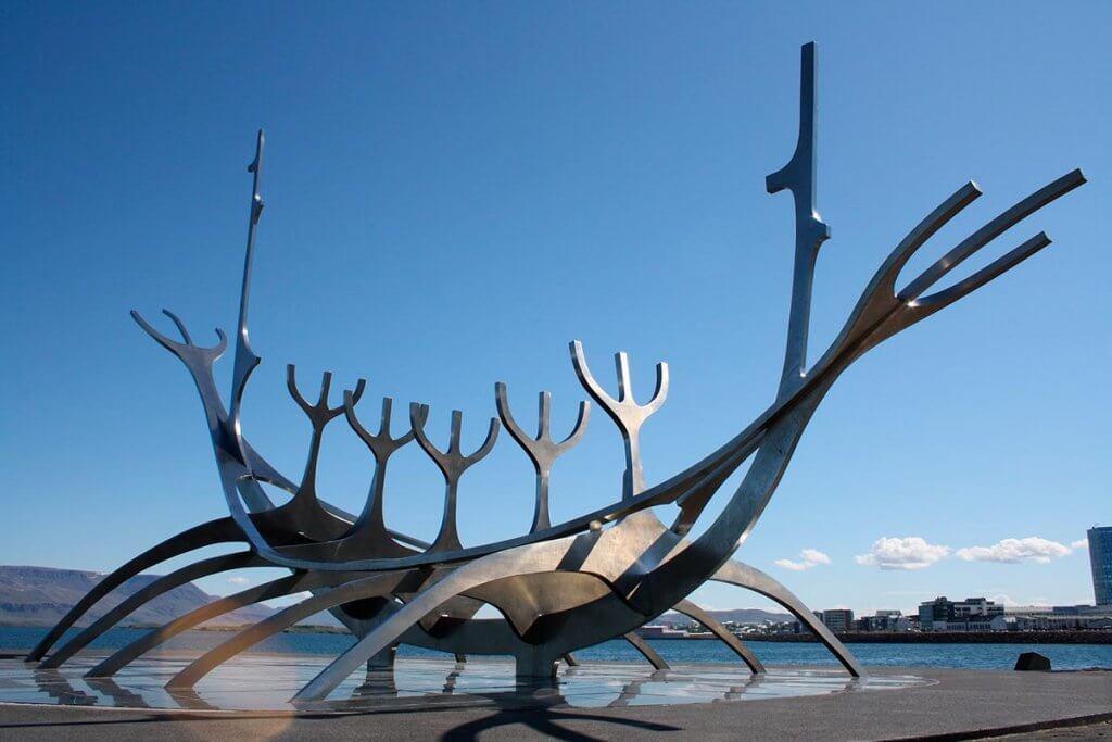 Путешествие по Исландии: скульптура Солнечный странник в Рейкьявике