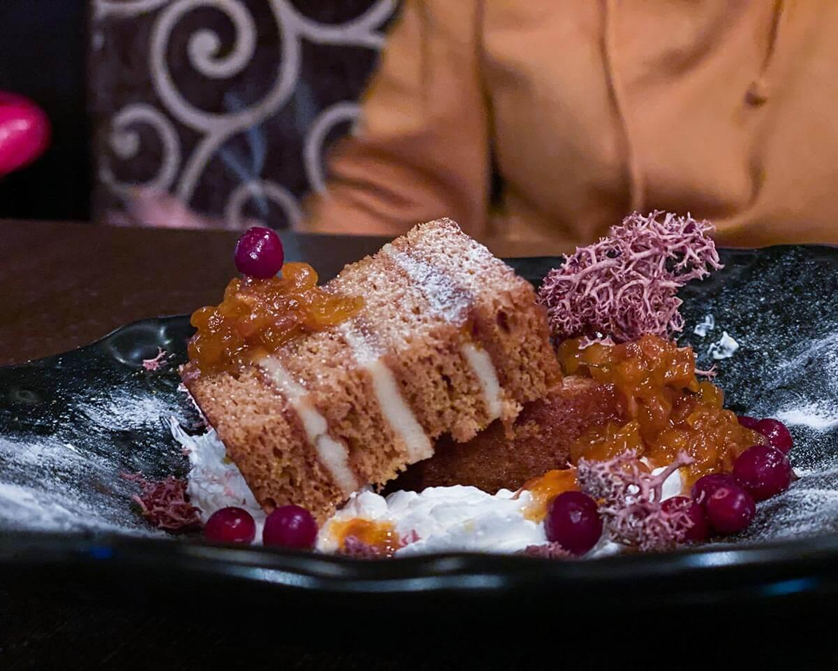 Северный десерт - медовик с морошкой и чипсами из ягеля