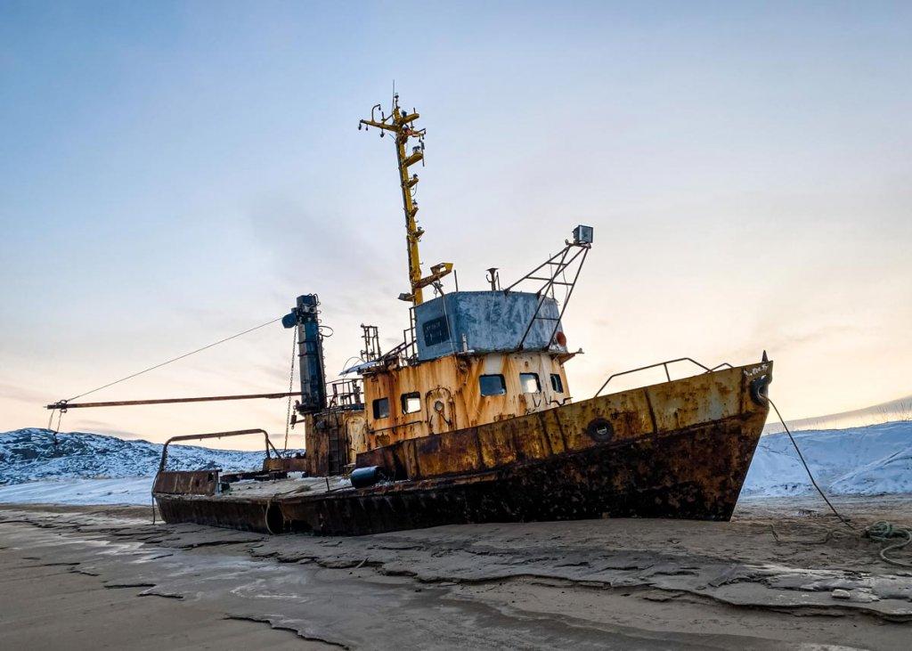 Корабль, выброшенный на берег в Териберке